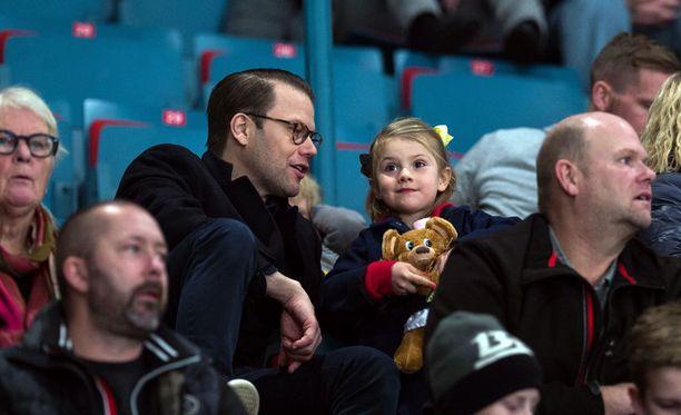 Prinssi Daniel vei Estellen jääkiekko-otteluun. Prinsessa vaikuttaa ihan tyytyväiseltä tilanteeseen.