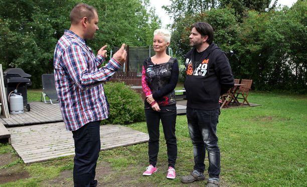 Perttu Sirviö yrittää saada Teean ja Jyrkin ymmärtämään, että isohko reikä katossa pitäisi korjata ennen kaikkea muuta.
