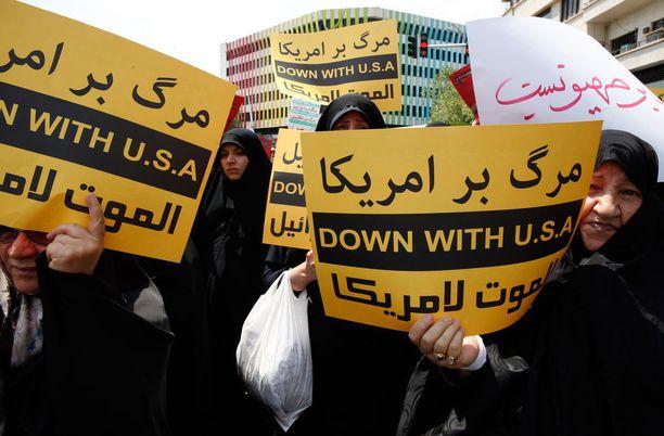 Iranilaiset naiset osoittavat tukensa palestiinalaisille sen jälkeen, kun Yhdysvallat ilmoitti siirtävänsä lähetystönsä Tel Avivista Jerusalemiin.
