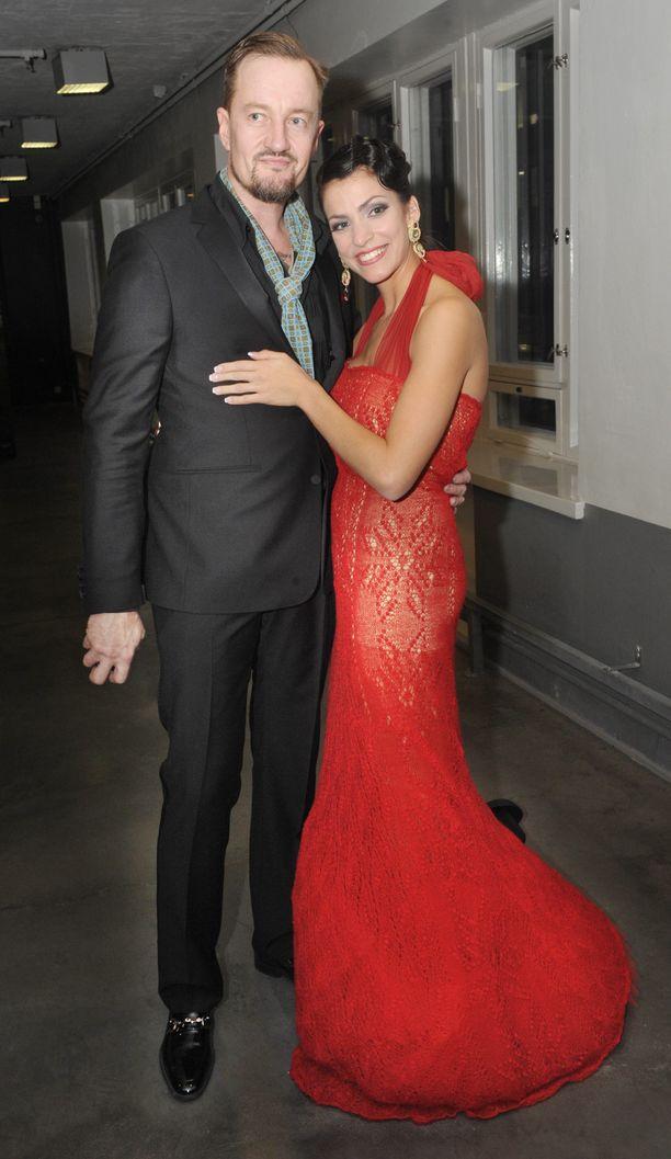Ohjaaja Olli Saarela ja näyttelijä Jenni Banerjee erosivat vuonna 2012 vain kuukausi kihlautumisensa jälkeen.
