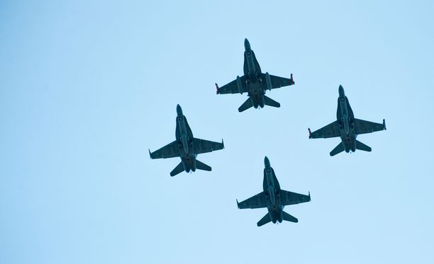 Kuvassa Hornet-hävittäjien Puolustusvoimain lippujuhlan päivässä vuonna 2012.