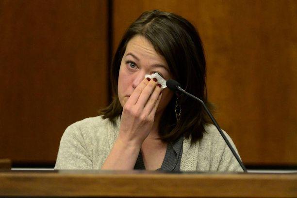 Michelle Wilkins puhkesi kyyneliin kertoessaan oikeudessa, miten hän menetti tyttövauvansa.