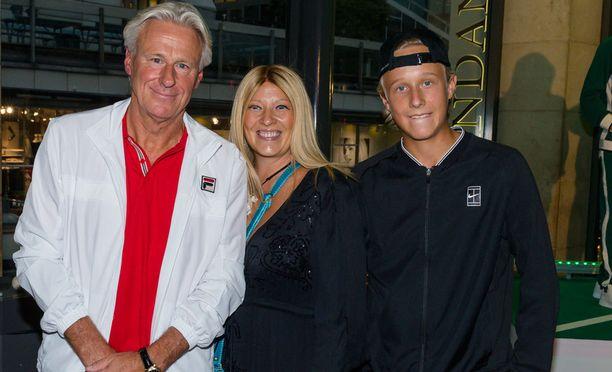 Björn Borg kuvattuna vaimo Patricia Östfeldtin ja poika Leon kanssa viime syyskuussa Borgista ja John McEnroen kaksinkamppailusta kertovan elokuvan ensi-illassa.