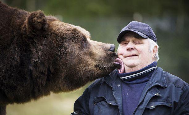 Sulo Karjalainen ja Juuso-karhu Kuusamon Suurpetokeskuksessa. Arkistokuva.