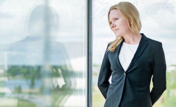 Elina Pekkarinen ottaa illan ohjelmassa kantaa myös siihen, mitä mieltä hän on Loikalan kartanon toimintatavoista. Erityislastensuojeluyksikön on raportoitu turvautuneen kyseenalaisiin käytäntöihin, kuten riisuttamiseen.