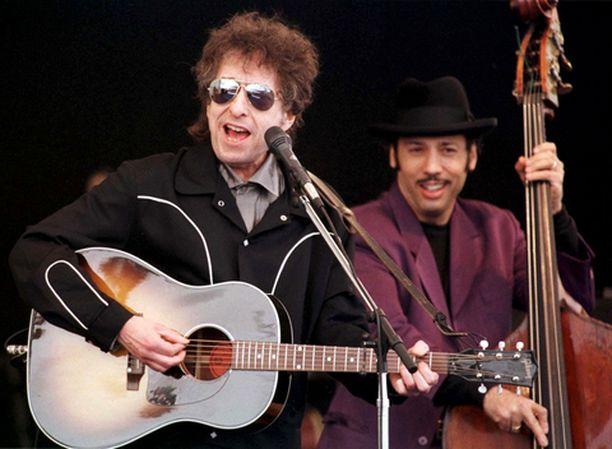 Bob Dylan rokkaa akustisellakin välineistöllä.