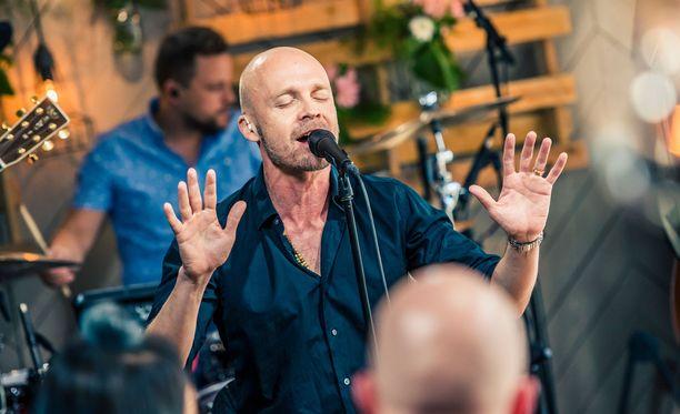 Juha Tapio esitti herkän kappaleen Niin kaunis on hiljaisuus.
