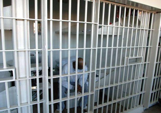 """Vanki istuu sellissään Louisianan osavaltion rangaistuslaitoksessa, joka tunnetaan myös Angolana ja """"Etelän Alcatrazina"""". Useassa Yhdysvaltain osavaltiossa on voimassa laki, jonka nojalla kolmannesta tai neljännestä rikoksesta tuomitaan pitkään vankeusrangaistukseen. Louisianassa tuomittu voi joutua vankilaan loppuiäkseen – riippumatta rikosten vakavuudesta."""