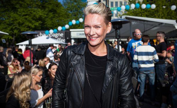 Heidi Sohlberg on päättänyt selättää syöpänsä positiivisella asenteella.