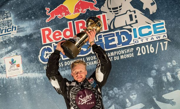 Mirko Lahti luistelee myös miesten sarjassa, jonka kilpailuissa hän on onnistunut jo kiilaamaan kahdeksan parhaan joukkoon.