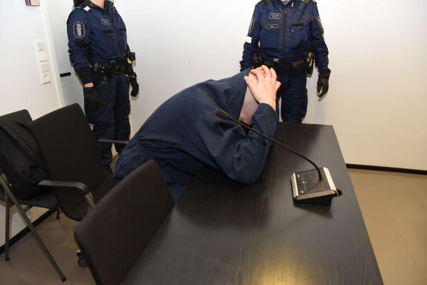 25-vuotias tuomittu peitti kasvonsa käräjäoikeudessa perjantaina 21. helmikuuta.
