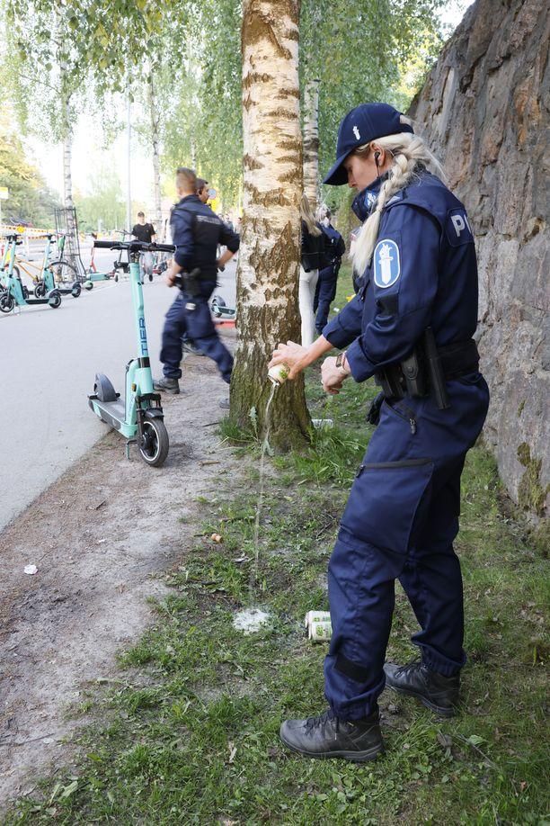 Poliisi takavarikoi nuorilta illan aikana paljon alkoholia. Alaikäisiltä on löytynyt myös 40-prosenttista viinaa.
