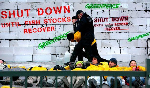 Greenpeacen aktivistit muurasivat EU:n parlamenttirakennuksen sisäänkäynnin eteen seinän.