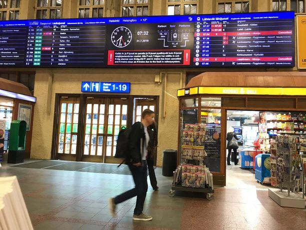 Helsingin päärautatieaseman aikataulunäytöllä näkyi keskiviikkoaamuna useita poikkeusilmoituksia.