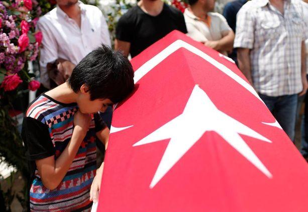 Turkkilaispoika suri Istanbulin lentokentän terrori-iskussa kuollutta sukulaistaan.