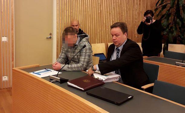Syytetty ei toisenakaan istuntopäivänä peitellyt kasvojaan. Vieressä puolustuksen asianajaja Jyrki Piiparinen.