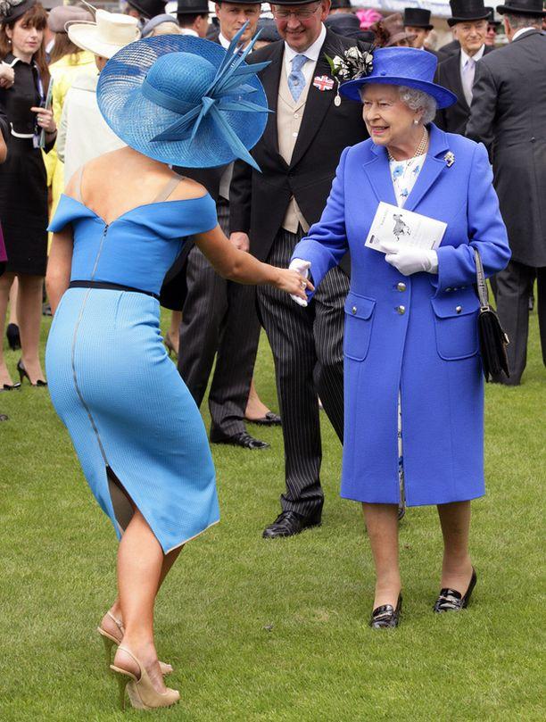 Katherine Jenkins niiaa kuningattarelle.