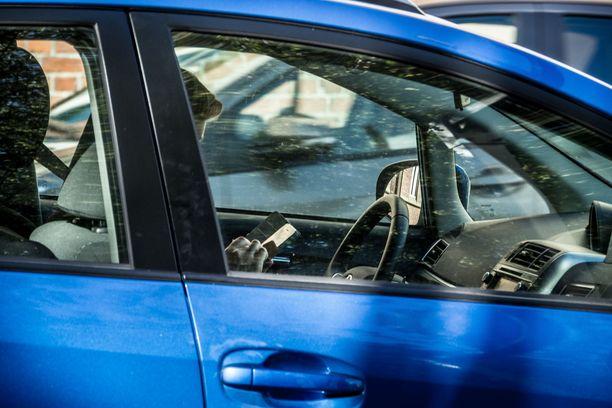 Kännykän käyttö ajaessa johti tuhoisaan kolariin Hollolassa. Kuvituskuva.