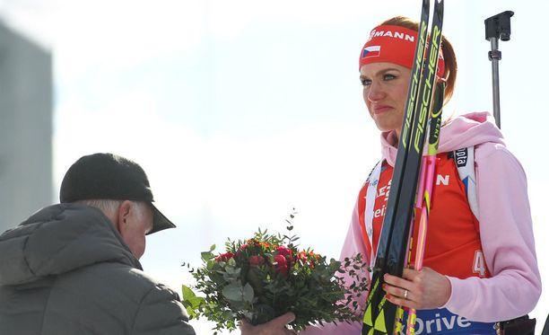Anders Besseberg jakoi palkinnon Gabriela Koukalovalle.