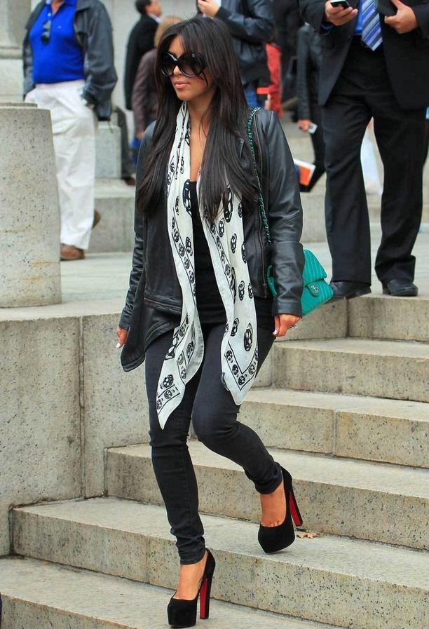Christian Louboutinin platform-korot, Alexander McQueenin huivi, pillifarkut ja jättisuuret aurinkolasit: Kim Kardashianin tyylinäyte vuodelta 2011.