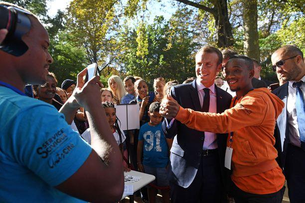 Ranskan presidentti otti selfietä avointen ovien tapahtumaan osallistuneen nuoren miehen kanssa.