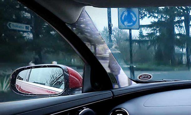 Autonvalmistajien läpinäkyvyysjärjestelmät ovat kalliimpia ja monimutkaisempia kuin Alainan idea. Esimerkiksi tässä kuvassa näkyvä Jaguar land Roverin läpinäkyvä pilari poikkeaa Alainan versiosta, koska autonvalmistaja käyttää näyttöruutuja.