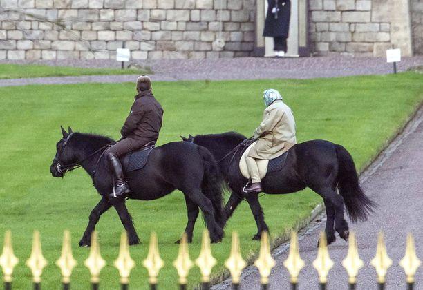 Elisabetin poni käyskenteli rauhallisesti Windsorin tiluksila.