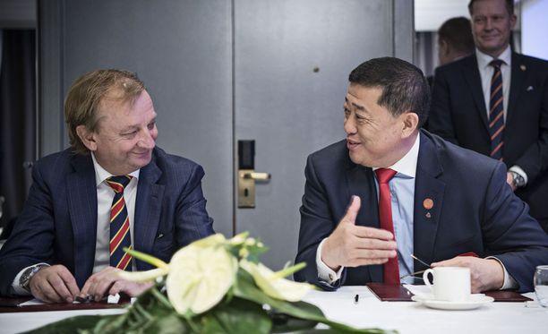 Harry Harkimo ja Kunlunin puheenjohtaja Xiaoyu Zhao ilmoittivat yhteistyöstä.