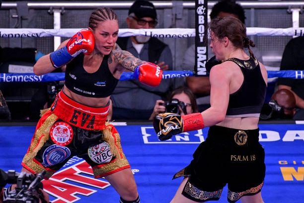 Eva Wahlström iskee yhteen Katie Taylorin kanssa. Madison Square Gardenissa New Yorkissa 15.12.2018.