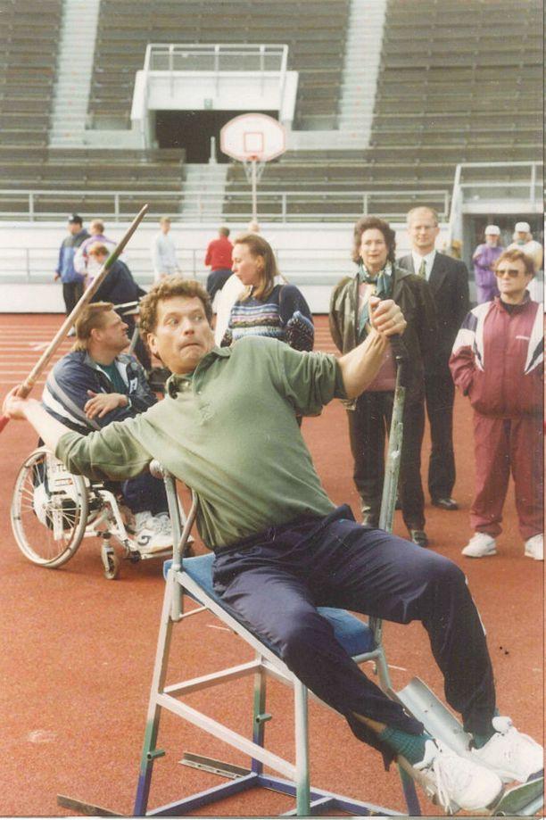 Lipposen hallituksen oikeusministeri Niinistö näytti taivaan merkit keihään pyörätuoliheitossa.