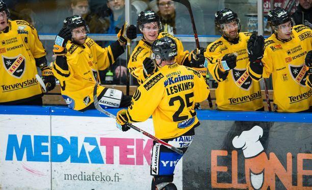 Otto Leskisen voittomaali maistui koko KalPan joukkueelle vielä normaaliakin paremmalle. Joukkue voitti Liigan vieraspelin viimeksi 8. syyskuuta.