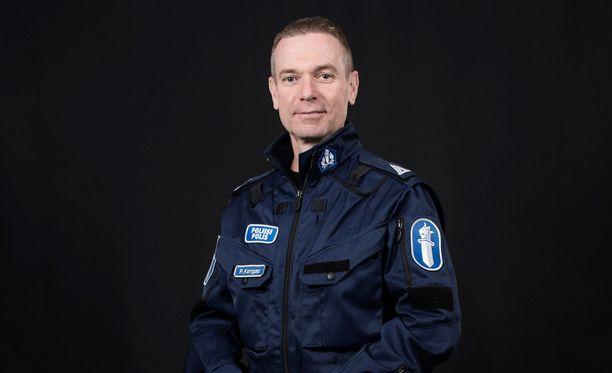 Pasi Kangas esiintyy parinsa Juha Härsilän kanssa Poliisien käynnissä olevalla kaudella.