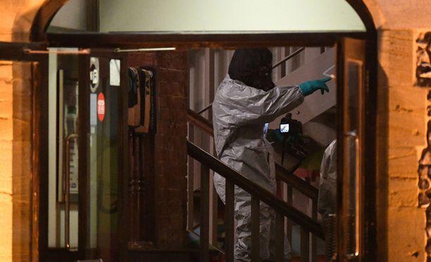 Rikostutkijat tutkivat Salisburyssa Mill-pubia, jossa isä ja tytär kävivät ennen kuin joutuivat hermomyrkystä koomaan.