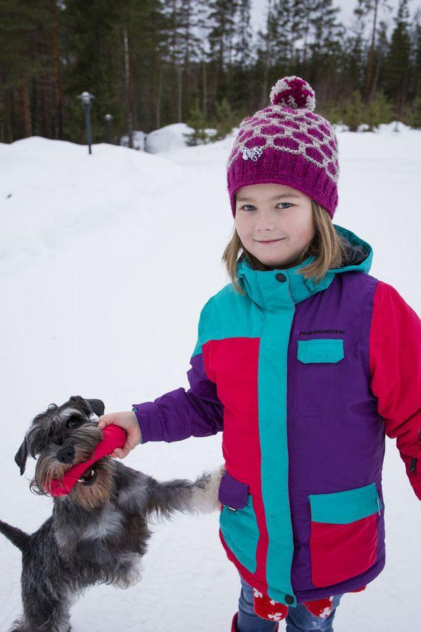 Sepe-koira on Anetten hyvä kaveri. Kineretin-lääke auttaa pitämään tytön sairauden oireet niin hyvin kurissa, että yhteinen harrastus eli osallistuminen match show - näyttelyihin onnistuu.