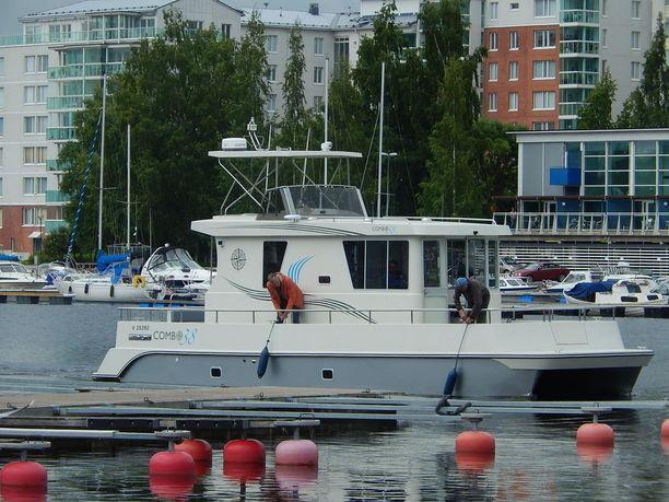 -Tämä on enemmän kuin ponttoonin päälle rakennettu mökki, Antero Miikulainen sanoo. Asuntolautta on C-kategorian vene eli se on hyväksytty rannikkoonkäyttöön kulkemaan suojaisissa meriolosuhteissa.