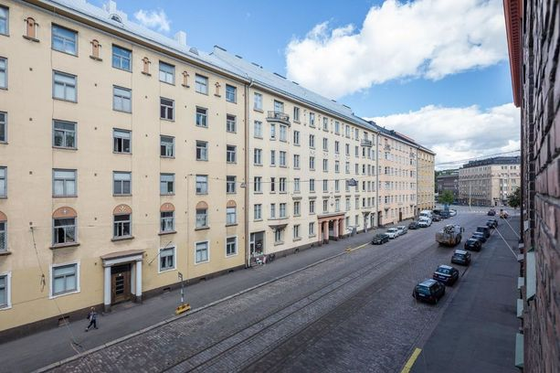 Töölöstä löytyy useita merkittäviä nähtävyyksiä ja merkittäviä julkisia rakennuksia. Hietaniemen ulkoilualueet ovat lähellä, ja Töölönlahdella on hyvä ulkoilla. Alueella on myös paljon puistoja.