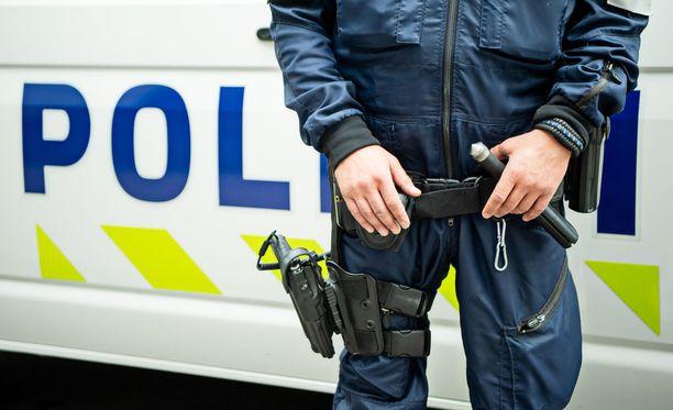 Matkallaan mies oli vähällä ajaa pihalla olleiden poliisimiesten päälle. Kuvituskuva.