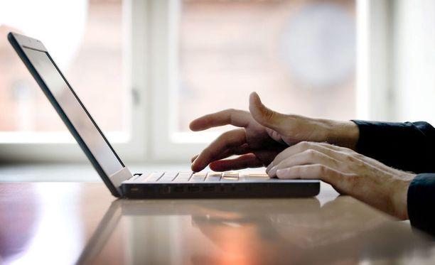 Verkkokaupparatkaisuja tarjoavan Woolman Oy:n mukaan valtaosa suomalaiskuluttajien joulueuroista valuu turhaan ulkomaisiin verkkokauppoihin.