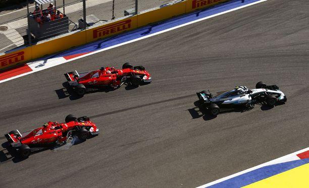 F1-tallit tuovat päivitetyt autot Barcelonaan.