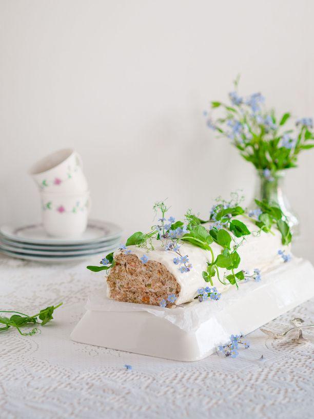 Kääretortun muotoon tehty voileipäkakku tuo hauskaa vaihtelua juhlapöytään.