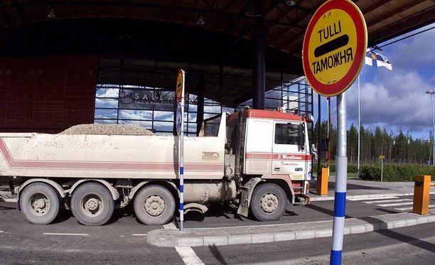 Turvapaikanhakijalle järjestettiin tulo Suomeen turistibussilla. Kuvituskuva Sallan Kelloselän raja-asemalta.