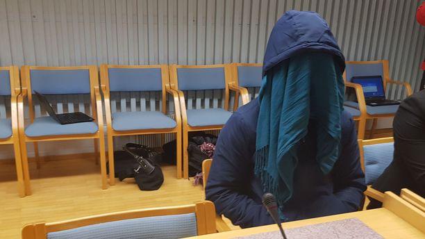 """Raiskaaja peitti kasvonsa oikeudenkäynnissä. Hänellä oli päässään pipo, jossa luki """"huipputyyppi""""."""