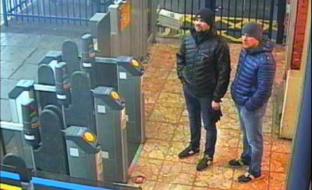Skripalien murhayrityksestä syytetyt miehet Salisburyn juna-asemalla 3. maaliskuuta.