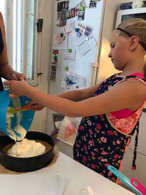 9-vuotias Minea teki kesäkuussa serkkunsa rippijuhliin kakkuja.