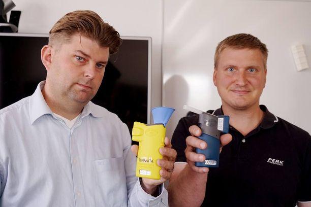 Turvata Oy Ab:n toimitusjohtaja Mika Nilsson ja Jens Tegengren esittelevät yrityksen valmistamia alkometrejä.