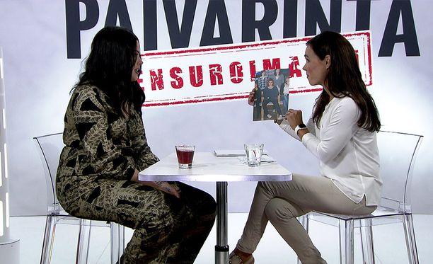 Susanne Päivärinta näytti Sara Forsbergille kouluaikaista kuvaa.