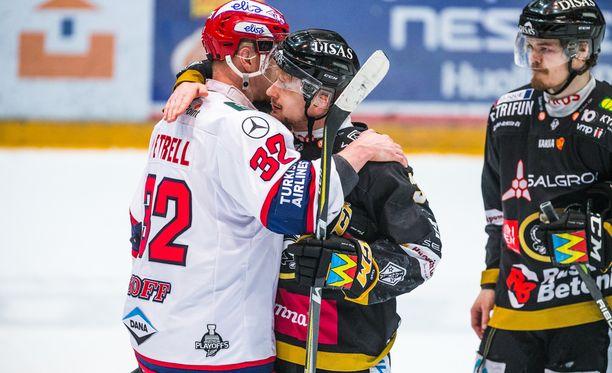 Lennart Petrell ja Nicklas Lasu halasivat sarjan päätteeksi.