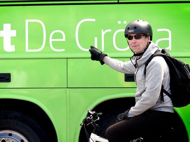 Perussuomalaisten puheenjohtaja Jussi Halla-aho halusi lauantaina poseerata polkupyöränsä kanssa vihreiden vaalibussin vieressä. Bussi käyttää dieseliä.