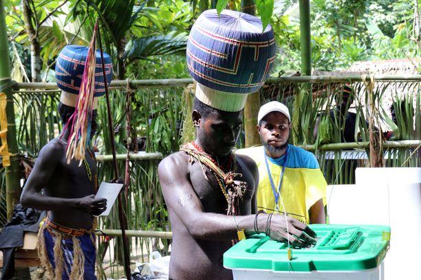 Äänestys meneillään Bougainvillessä viime viikolla. Itsenäistymistä kannatti 176 928 ja vastusti 3 043 äänestäjää.