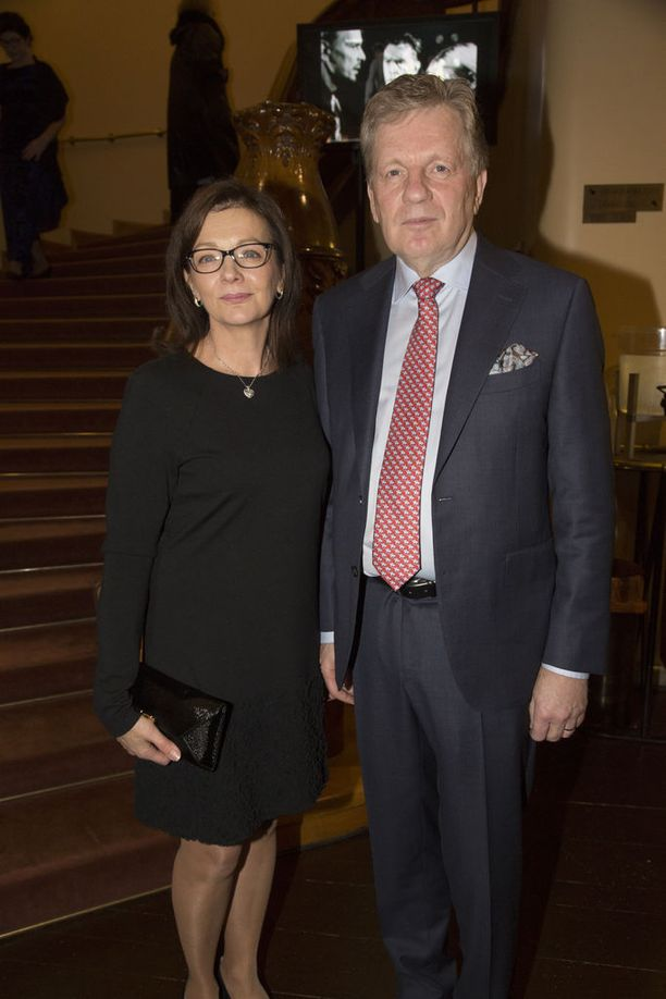 Esko ja Kirsi Aho saapuivat seuraamaan Jukka Puotilan taiteilijajuhlaesitystä.